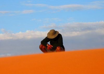 Guide auf knallroter Düne