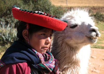 Peru Cusco Mädchen mit Lama